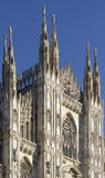 kijkend Duomo-Di Milaan die Milan Cathedral in Italië, met B betekenen Stock Afbeelding