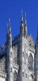 kijkend Duomo-Di Milaan die Milan Cathedral in Italië, met B betekenen Stock Afbeeldingen
