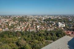 Kijkend het oosten van Bunardzhika-heuvel over Plovdiv, Bulgarije stock fotografie