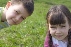 Kijkend kinderen Stock Foto's