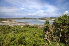 Kijkend naar Nieuwe Grimsby van Bryher, Eilanden van Scilly, Engeland Royalty-vrije Stock Foto's