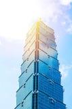 Kijkend op mening van Taipeh 101, wijst het oriëntatiepunt van Taiwan, op blauwe hemel en zonlichten Stock Afbeeldingen