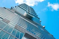 Kijkend op mening van Taipeh 101, wijst het oriëntatiepunt van Taiwan, op blauwe hemel en zonlichten Stock Fotografie