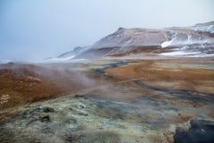 Kijkend over de Hete Lentes van Hverir, Centraal IJsland stock foto's