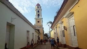 Kijkend San Francisco de Assis Church in Trinidad stock videobeelden