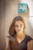Kijkend strikt tienermeisje royalty-vrije stock foto