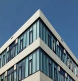 Kijkend upwards mening van een hoek van een modern hoekig concreet hoog wit bureaugebouw met heldere blauwe lear hemel royalty-vrije stock foto's