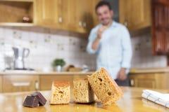Kijkend zijn heerlijk eigengemaakt biscuitgebak stock fotografie