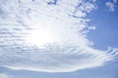 Kijkt de hemel witte wolken het als een golf en een koninklijke long-handled ventilator royalty-vrije stock foto's