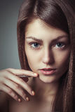Kijkt de het portret jonge vrouw van de schoonheidsglamour met perfecte natuurlijke make-up Stock Fotografie