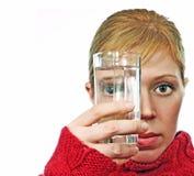 Kijkt door glas Stock Foto