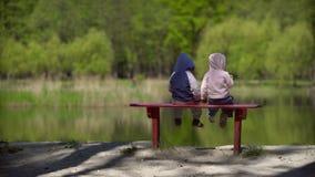Kijkt klein kind twee de meermening stock footage