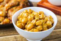 Kikärtar och curry för fega trumpinnar Arkivfoton