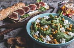 Kikärtar och veggiessallad med spenatsidor, hemlagad keso Sund strikt vegetarianmat, smörgås med fikonträd, bantar maträtten arkivfoto