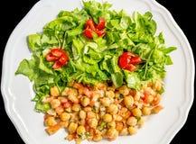 Kikärtsallad med grönsallat och tomaten arkivfoton