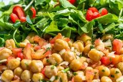 Kikärtsallad med grönsallat och tomaten arkivbilder