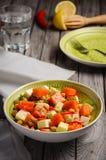 Kikärtsallad med pumpa, feta, persilja och chili Arkivfoto