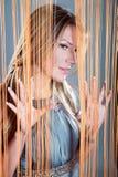 kika kvinna för gardin Royaltyfri Fotografi