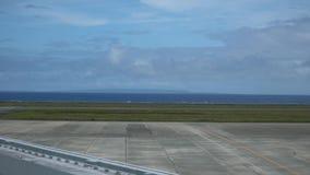 Kikaieiland dat van Amami-het dek van de luchthavenobservatie in Amami Oshima wordt bekeken stock footage