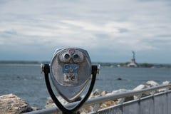 Kikare med sikt av statyn av frihet Arkivfoton