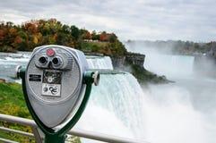 Kikare och en sikt av Niagara Falls, NY, USA Royaltyfri Fotografi