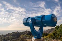 Kikare på observationsdäck på Hollywood Hills katten som dagen observerar, sitter den varma soliga treen Härliga moln i blå himme royaltyfri fotografi