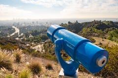 Kikare på observationsdäck på Hollywood Hills katten som dagen observerar, sitter den varma soliga treen Härliga moln i blå himme arkivbilder