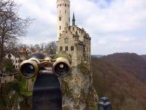 Kikare som pekas in mot den Lichtenstein slotten Arkivfoto