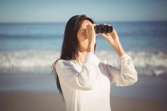 kikare som ser kvinnan Arkivbild