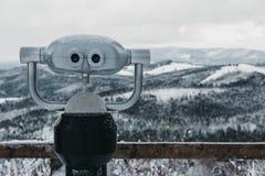 Kikaren i Bukovel skidar semesterorten, snö, berg och träd på bakgrunden Fotografering för Bildbyråer