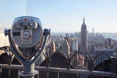 Kikaren på Rockefeller centrerar med Empire State Building och stadssikt i slutet av dagen Arkivfoton