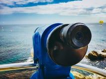 Kikareteleskop med en sikt av havet i Catalonia Spanien på kusten av Costa Brava i staden av lloret de mars arkivfoton