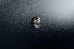 Kikhål på den svarta vita dörren med det svarta handtaget Arkivfoton