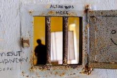 Kikhål på en prisionsdörr fotografering för bildbyråer