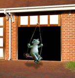 Kikker die van garagedeur slingeren Stock Foto's