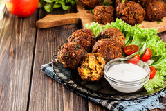 Kikkererwten falafel ballen met groenten Stock Afbeeldingen