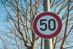 50 kilómetros o kilómetros por hora de límite de velocidad Imagenes de archivo