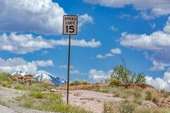 15 kilómetros por hora de límite de velocidad en el camino a los rastros Foto de archivo libre de regalías