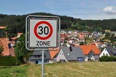 30 kilómetros por la zona de la hora - límite de velocidad Fotos de archivo