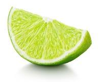 Kil av grön limefruktcitrusfrukt som isoleras på vit Arkivbild