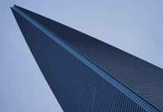 Kil-formade skyskrapapunkter till himlarna Arkivfoto