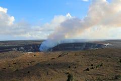 Kilauea-Kessel mit dem Rauchen von Halema'umau-Krater lizenzfreie stockfotografie