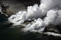 Kilauea Lava-Fluss kommt Ozean Lizenzfreie Stockfotos