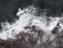 Kilauea-Lava kommt den Ozean und erweitert Küstenlinie stockfotos