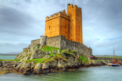Kilcoe slott på segla utmed kusten av Irland Arkivfoton