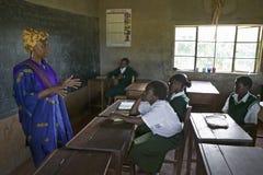 萨拉Kilemi,议会成员Kilemi Mwiria的妻子,与女学生谈话在Meru学校,东肯尼亚,非洲 免版税库存图片