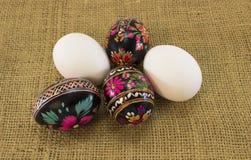 Kilka Ð•asterów jajka na grabić Obraz Stock