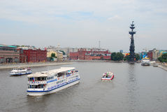 Kilka łodzi żagiel na Moskwa rzece Fotografia Royalty Free