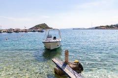 Kilka łodzie kiwa w schronieniu Agios Nikolaos, Zakynthos, Grecja zdjęcie royalty free