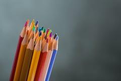Kilka barwią ołówki na białego papieru prześcieradle Fotografia Stock